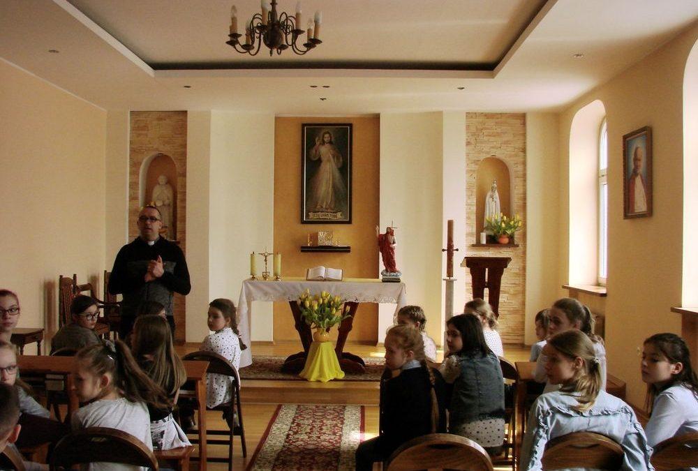 Wolontariusze SKC poznają pracę Caritas