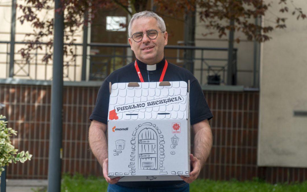 Pudełka Szczęścia i komputery dla dzieci od Caritas
